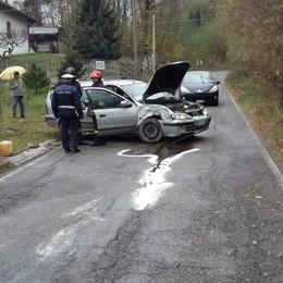 Con l'auto distrugge il palo  Ferito un uomo di Cirimido