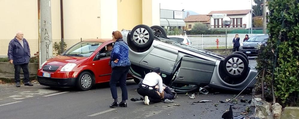 Olgiate, auto ribaltata Un ferito in via della Repubblica