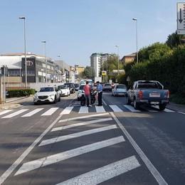 Lipomo, auto finisce fuori strada  Traffico a rilento sulla provinciale