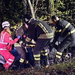 Finisce fuori strada con l'auto Ragazza ferita ad Alzate