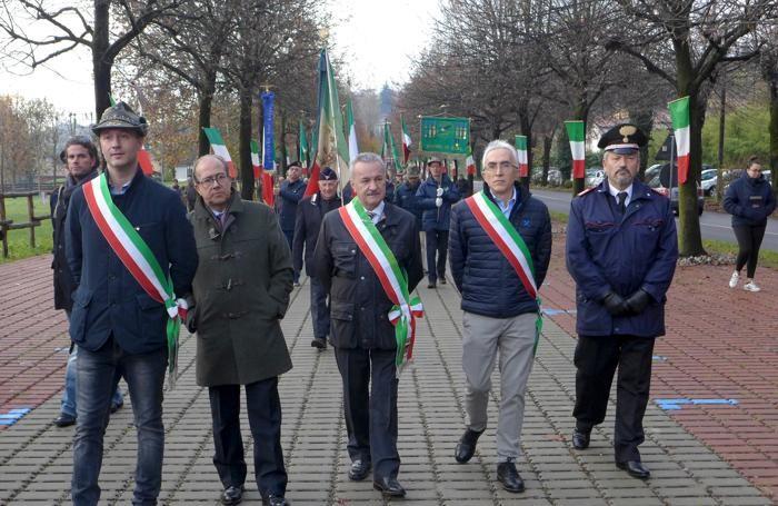 La delegazione di sindaci e amministratori comunali con il comandante dei carabinieri di Erba, Luciano Gallorini
