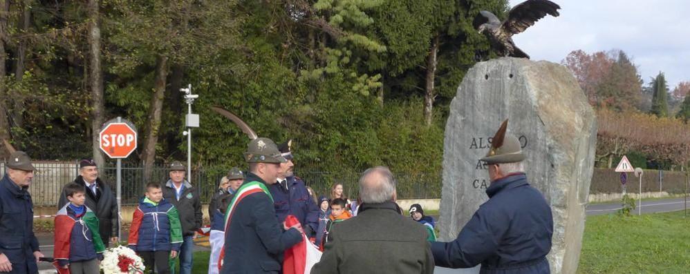 Alserio, ecco il monumento ai Caduti  Tutti sull'attenti dopo le polemiche