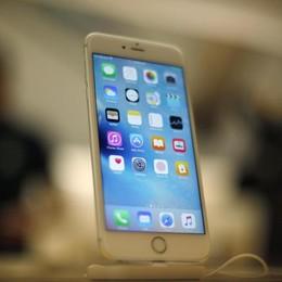 Distrugge l'antifurto a morsi  E ruba un iPhone da mille euro