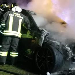 Montano, auto in fiamme  Arrivano i pompieri