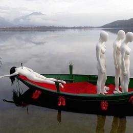 Alserio, manichini e coltello nella schiena  Installazione choc sulla barca nel lago