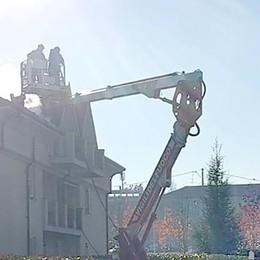 Inverigo, tetto in fiamme Arrivano i pompieri