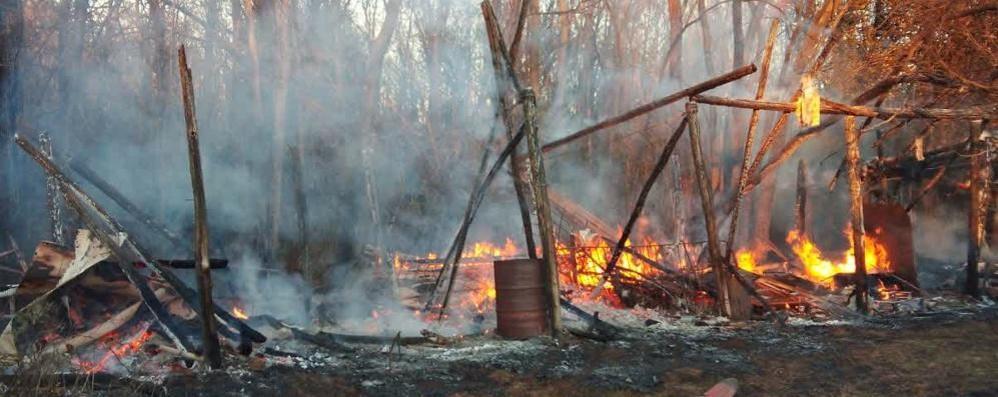 Capanno in fiamme nel parco  I vigili del fuoco a Castelnuovo