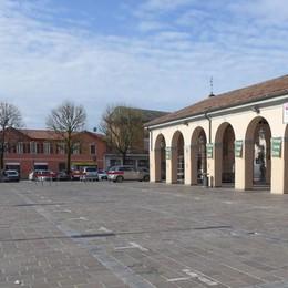 Erba, piazza Mercato,  appello al Comune  «Ridateci i parcheggi fino al 6 gennaio»
