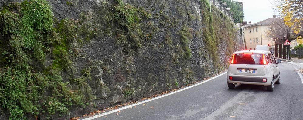 Ricostruito da mesi  il muro crollato  Ma il senso unico resta