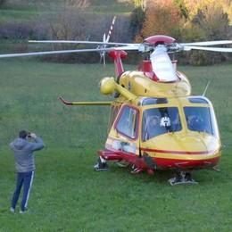 Proserpio, cade da un albero  Anziano soccorso dall'elicottero