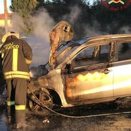 Automobile va a fuoco I pompieri a Veniano