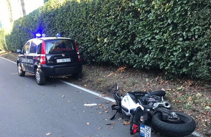 La moto caduta a bordo della carreggiata
