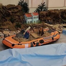 Gesù, Giuseppe e Maria  viaggiano sul gommone  «Politica? No, il Vangelo»