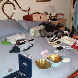 Grandate, dorme sul divano  I ladri saccheggiano la casa