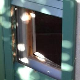 Valmorea, quarto blitz dei ladri  Stavolta per entrare usano un badile