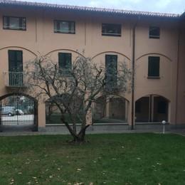 Villa Guardia, «minacciato di morte»  I ladri calano la refurtiva con la corda