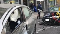 Ponte Chiasso, scontro tra auto Due feriti, caos in via Bellinzona