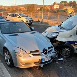 Bloccato in auto dopo lo scontro  Conducente esce dalla capote