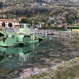 Gera, si rompe il battello spazzino  Finiscono nel lago 150 litri di olio