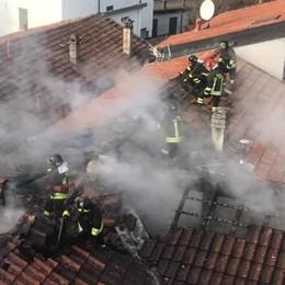 Va a fuoco il tetto di un palazzo Evacuata una famiglia a Gravedona