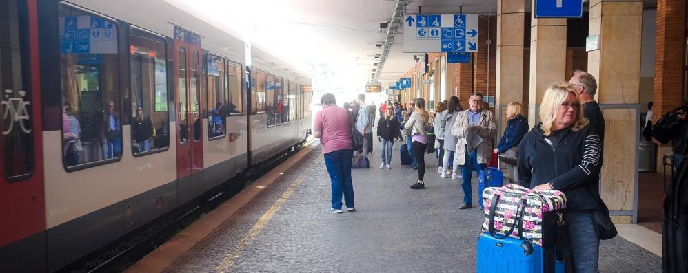 Trenord: «I ritardi sono in calo»  I pendolari: «Ma quando mai»