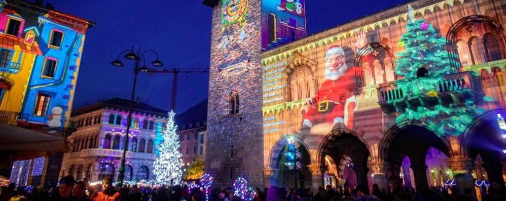 Balocchi, Babbo Natale  arriva in piazza Verdi  Il vescovo dai senzatetto