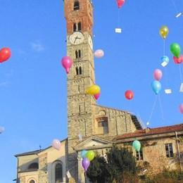 Natale, centinaia di bimbi a Cantù  Lancio dei palloncini in piazza