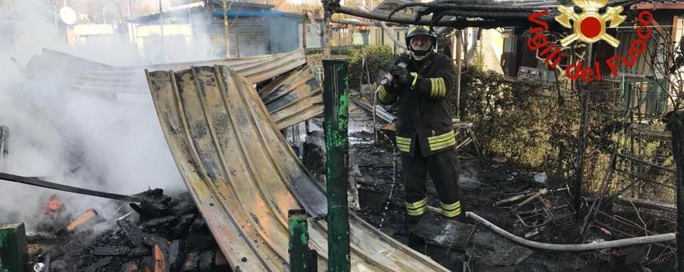 Montorfano, campeggio in fiamme Distrutte quattro case prefabbricate