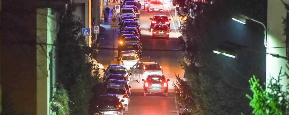 Delirio parcheggi  Como si arrende  al caos di Natale