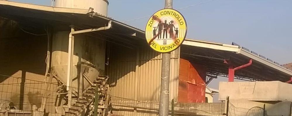 Vertemate, spray rosso sui cartelli   «Il Controllo di vicinato dà fastidio»
