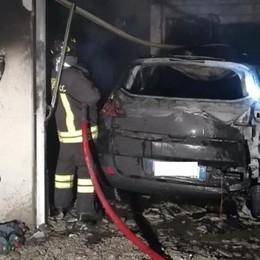 Incendio a Camnago Volta Brucia un'auto in un garage