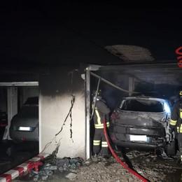 Auto in fiamme nel  garage  Paura e danni  a Camnago Volta