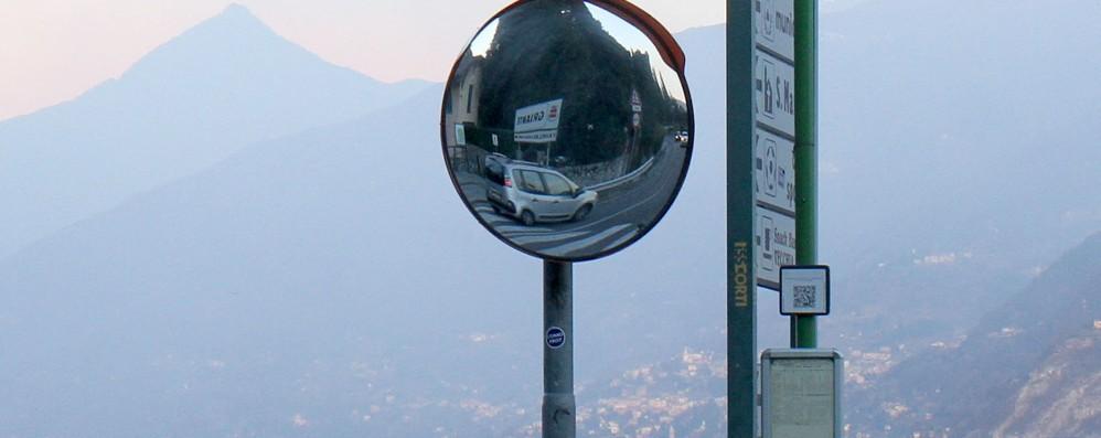 Specchi stradali distrutti  Griante, la notte brava dei vandali
