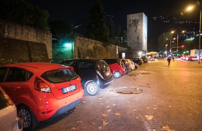 Macchine parcheggiate lungo le mura in viale Cattaneo e Battisti