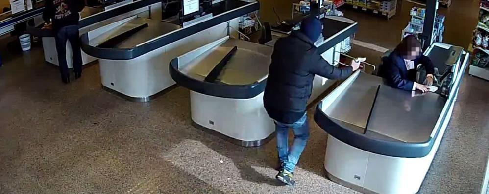 Rapina al supermercato di Breccia Due banditi in fuga, è caccia all'uomo