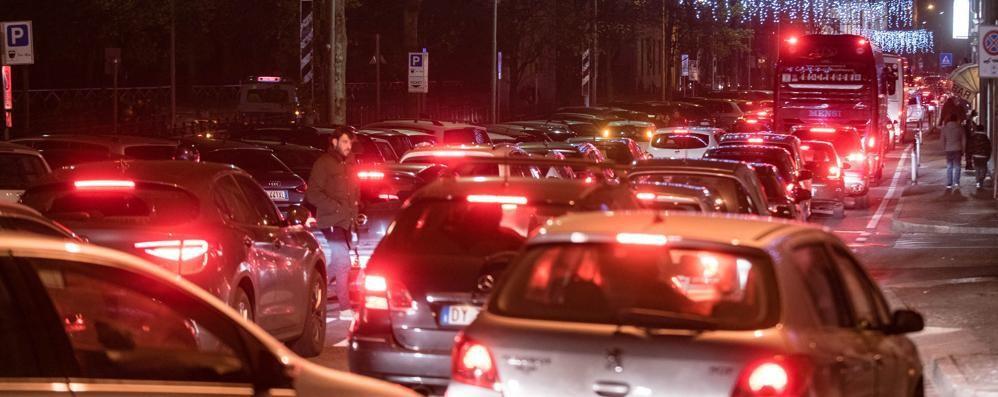 Como città dei Balocchi e traffico  «Non possiamo chiudere la città»  Intanto rubano i cartelli   Vota il sondaggio