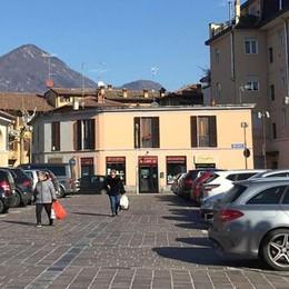 Piazza Mercato a Erba   Spariscono i posteggi