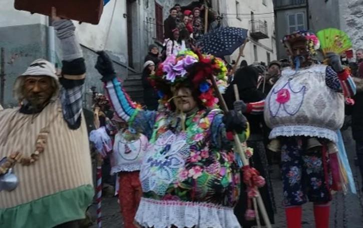 Schignano, la magìa che si ripete  Il finale del Carnevale più antico