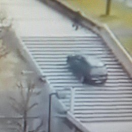 Auto sulle scale a Lecco (Video) Individuato il conducente