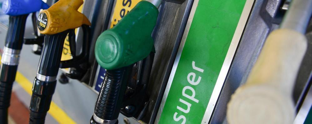 """Como, lo scandalo benzina  I prezzi """"mangiano"""" lo sconto  Dopo la denuncia, nulla"""