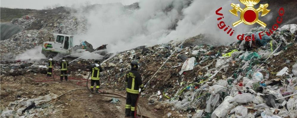 Vigili del fuoco a Mariano Terzo incendio in discarica