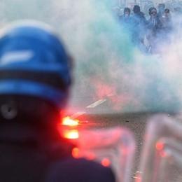Scontri nel derby Como-Varese Notificati Daspo a 25 tifosi   Guarda il video della polizia