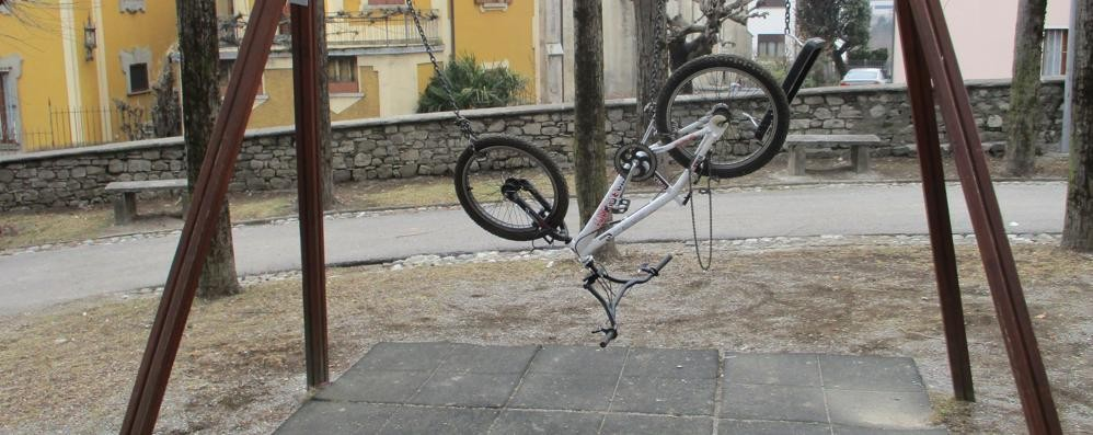 San Fedele, i vandali appendono la bici  E allentano i bulloni dello scivolo