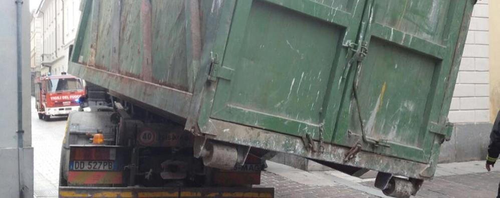 Cassone pericolante dal camion  Intervengono i vigili del fuoco