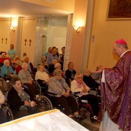 Il vescovo a Villa Stefania  L'abbraccio degli anziani