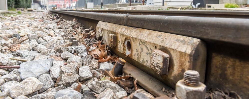I binari delle Nord perdono i bulloni  Le Ferrovie: «Nessun pericolo»