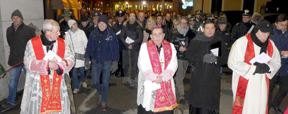 L'arcivescovo alla Via Crucis  In duemila a Erba con Delpini