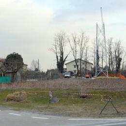Il traliccio telefonico di Lurago d'Erba Davanti alle prime case di Lambrugo