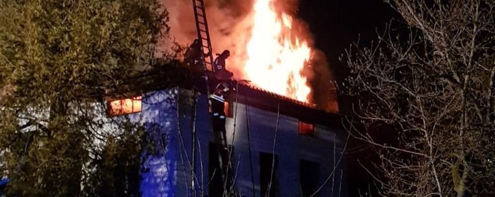 Bizzarone, tetto in fiamme Due anziani evacuati