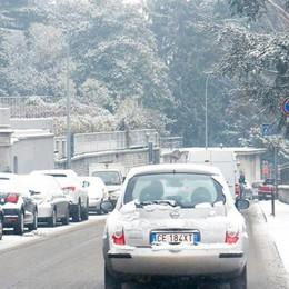 La neve annunciata  Disagi al traffico  e marciapiedi ko